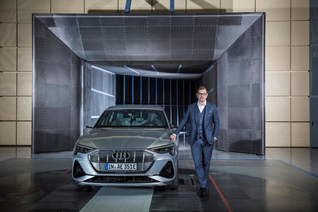 Markus Duesmann er ny Audi-sjef, og vil satse på elbiler. Her ved siden av den nylig lanserte e-tron Sportback.