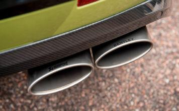 Bentley slår nå til med et eksosanlegg som gjør at Bentayga høres mye råere ut. (Fotos: Bentley)