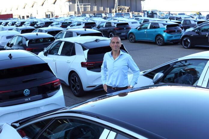 Direktør for Volkswagen Norge, Harald Edvardsen-Eibak, midt i haugen av Volkswagen ID.3 som skal leveres til norske kunder. (Fotos: Volkswagen)