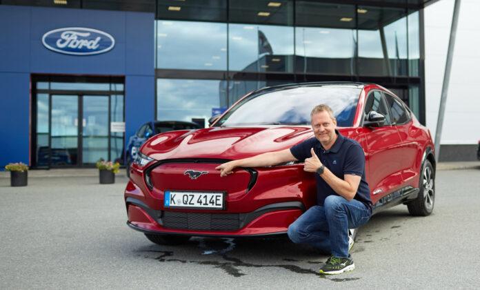 Den norske Ford-sjefen Per Gunnar Berg gir tommelen opp for Mustang Mach-E, og dermed er det etter alle solemerker klart for bestilling av elbilen. (Fotos: Ford Norge)