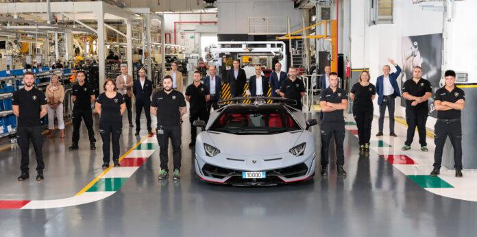 Lamborghini har nå satt sammen Aventador nummer 10.000, en lysgrå SVJ Roadster. (Fotos: Lamborghini)