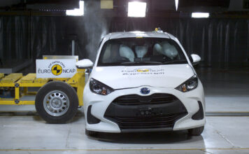 Lille Toyota Yaris tåler en trøkk. Faktisk så mye at når Euro NCAP nå har introdusert nye og tøffere tester føk Yaris gjennom den med 5 stjerner. (Fotos: Euro NCAP)