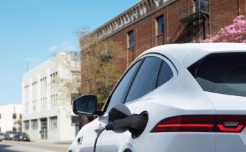 Jaguars mest kompakte SUV på 4,4 meter blir nå ladbar. (Fotos: Jaguar)