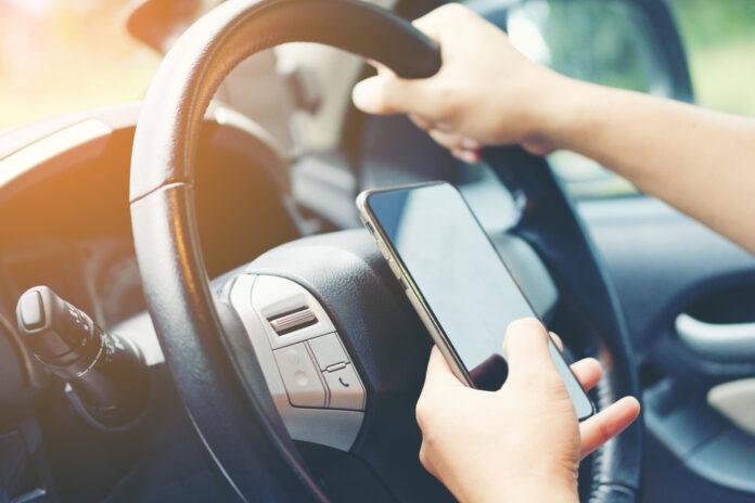 Norske bilister er avslørt, og kjøredata viser at de bruker mobilen bak rattet mer enn de innrømmer. (Fotos: Fremtind)