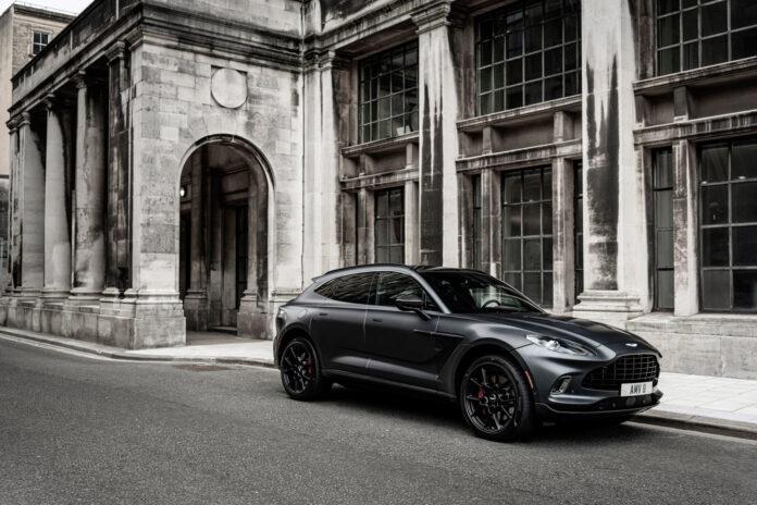 Aston Martin hadde opprinnelig planlagt SUV-modellen DBX som en elbil, men den endte opp som bensinbil. Det er nok mange briter glade for. (Fotos: Aston Martin)