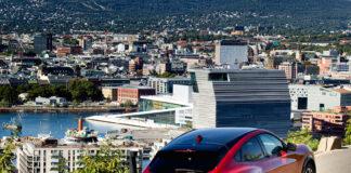 De første Ford Mustang Mach-E er på plass i Norge, men det tar fortsatt litt tid før utleveringene av elbilen starter. (Fotos: Ford)