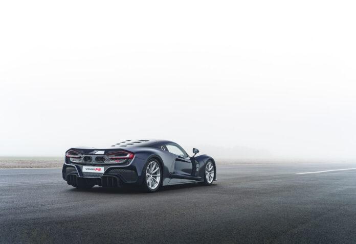 Denne bilen kan rygge i 117 km/t, og den rører brukbart på seg framover også. (Fotos: Hennessey)
