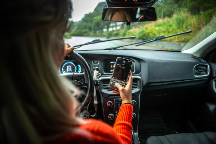 Regjeringen tredobler boten for mobilbruk bak rattet, og kjører også på med en ekstra prikk. (Foto: Frende Forsikring)