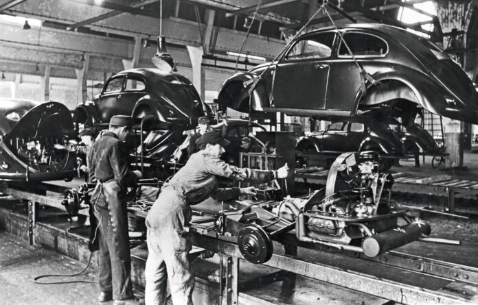Produksjonen av en av verdens mest populære og mest gjenkjennelige biler, Volkswagen Boble, ble satt i gang romjulen 1945. (Fotos: VW)