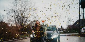Noreen må ta godt vare på sin nye bil, for hun eier nemlig Europas aller første Xpeng-bil. (Fotos: ZEM)