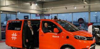 Ordfører i Nordre Follo og dermed Ski, Hanne Opdan, og Vikens fylkesråd for samferdsel, Olav Skinnes, viser frem Ruters nye selvkjørende personbil. (Foto: Ruter)