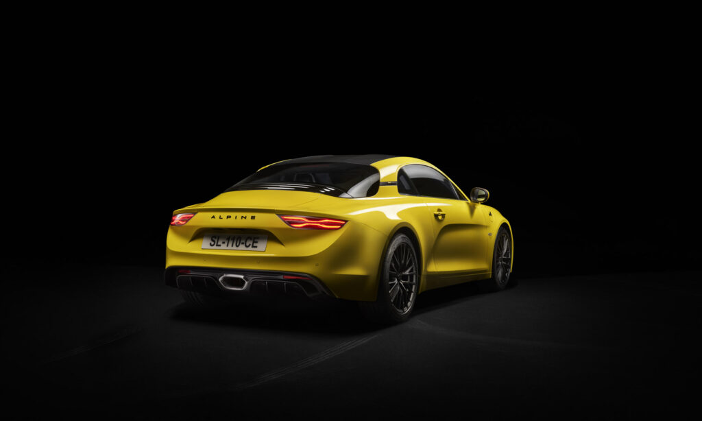Alpine A110 er en vakker bil, selv i en gul påskefarge. (Foto: Alpine)
