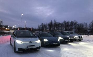 Mørkt, glatt og kaldt. Det blir en tøff test for de fem elbilene som nå skal gjennomføre verdens nordligste test. (Foto: Elbilforeningen)