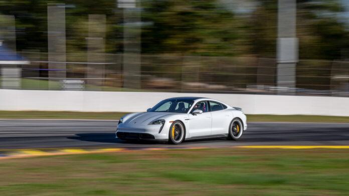 Porsche har luftet elbilen Taycan på en bane, og det gikk unna. (Fotos: Porsche)