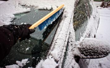 Vi er inne i den verste isskrape-perioden, så husk å sett av tid til å fjerne is fra bilrutene før du kjører. (Foto: NAF)
