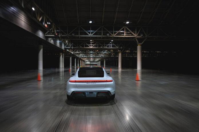 Porsche Taycan har notert seg for en ny verdensrekord, og denne gang gjelder toppfart innendørs. (Fotos: Porsche)
