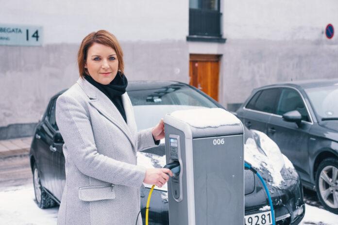 Christina Bu i elbilforeningen gir deg hurtiglading-tipsene for påsketuren i elbilen. (Foto: Norsk elbilforening)