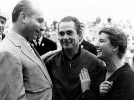 Maria Teresa de Filippis var den første og til nå eneste kvinnen som har fått muligheten i formel 1. Her sammen med legenden Juan Manuel Fangio og teamseier Jean Behra under Monaco Grand Prix. (Foto: Maserati)