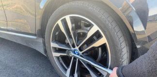 Det er ganske en ganske så enkel prosess å skifte hjul, noe du jo kan gjøre i påsken. (Foto: NAF)