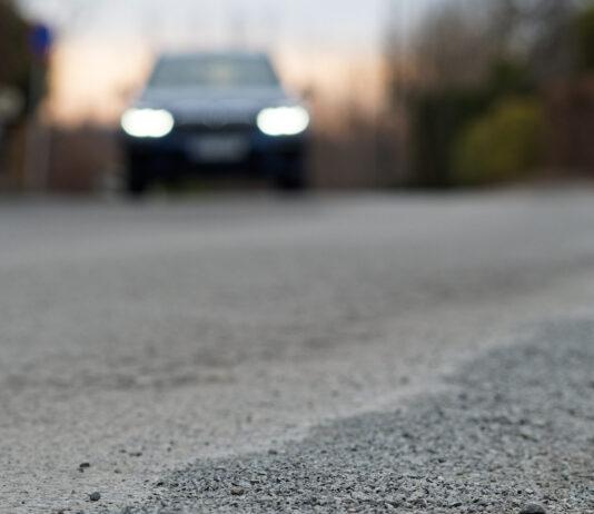 Stein som spruter opp fra veien er en irriterende greie, og er du uheldig kan den også ødelegge frontruten. (Foto: If)