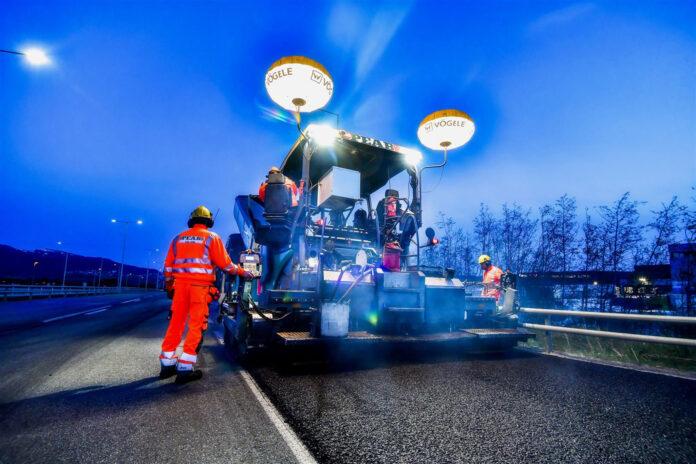 Vegvesenet sier at de skal legge ny asfalt på 1.000 kilometer riksvei i år. (Foto: Knut Opeide, Statens vegvesen)