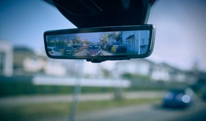 Dette speilet kan seg gjennom vegger og metall. Jepp. (Fotos: Ford)