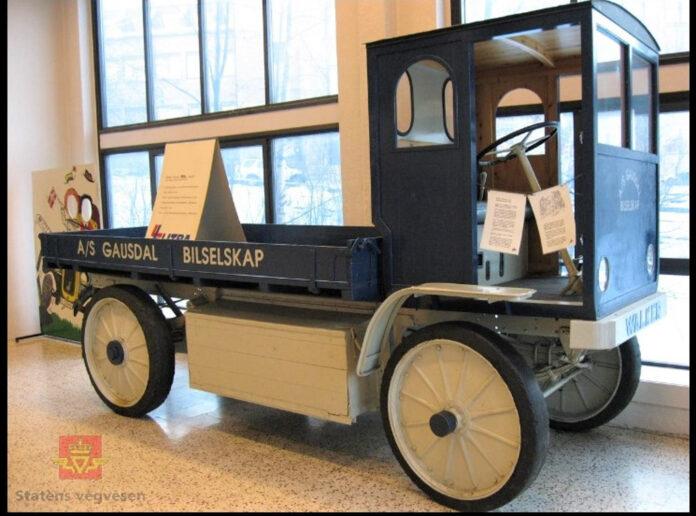 Denne elektriske lastebilen, en 1916-modell av Walker electric, var et vanlig syn på veien mellom Lillehammer og Gausdal i 1918/1919. (Foto: Statens vegvesen)
