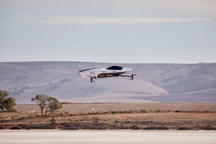 Her skjer det noe ganske historisk, for dette er en flyvende racerbil. Jepp. (Fotos: Airspeeder)