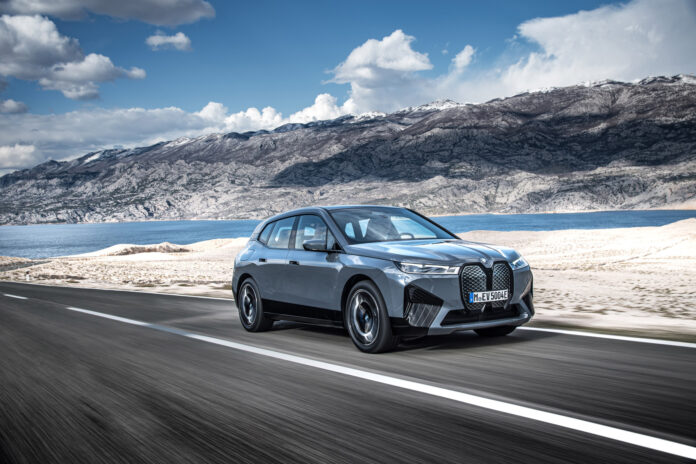 BMW avslører det meste rundt det kommende elektriske flaggskipet iX, som får en oppgitt rekkevidde på langt over 600 kilometer. (Fotos: BMW)