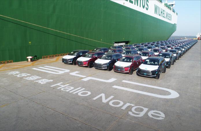 «Hallo Norge», står det skrevet på kaia i Shanghai. For nå er den første lasten med BYD Tang sendt fra Kina. (Fotos: BYD)