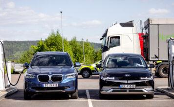 Hyundai Ioniq 5 (til høyre) lader nå raskere enn den tidligere lade-dronningen, Tesla Model 3 LR. (Foto: NAF)