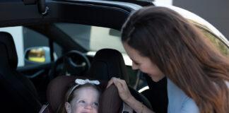 Mange småbarnsfamilier skal på bilferie, og mange er også usikre på når man skal snu barnesetet slik at barnet ser framover. (Foto: BeSafe)