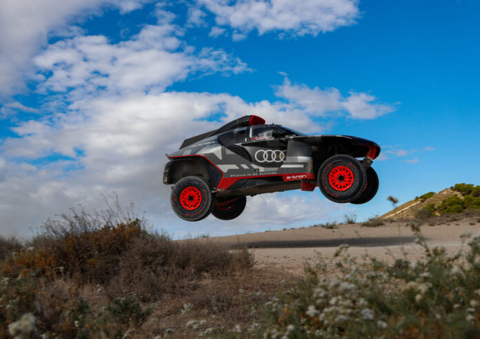 Audi har gjennomført sin første skikkelige test av RS Q e-tron, og bilen fikk kjørt virkelig kjørt seg. (Fotos: Audi)