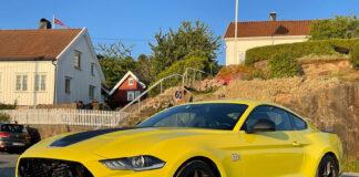 En Ford Mustang vekker i seg selv oppmerksomhet. Slenger vi på Mach 1 og en knallgul lakk blir den svært vanskelig å overse. (Fotos: Nybiltester)