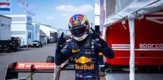 Dennis Hauger har strak kurs mot formel 1, som er det store målet. Søndag lekte han med konkurrentene i formel 3. (Fotos: Red Bull)