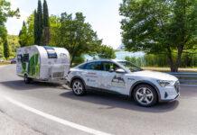 Denne Audi e-tron-utgaven har en rekkevidde på 393 kilometer. Men det er uten vognen som henger bak. For med den går elbilen enda lengre. (Fotos: Dethleffs