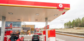 NAF vil ha ladestasjonene under tak som her på Circle K Kongsbergporten, akkurat som vanlige bensinstasjoner. (Foto: Terje Borud, Circle K/NAF)