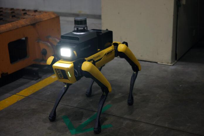 Den er skummel å se på, men biter ikke. Hyundai-gruppen har tatt i bruk en robot-hund. (Foto: Hyundai-gruppen)