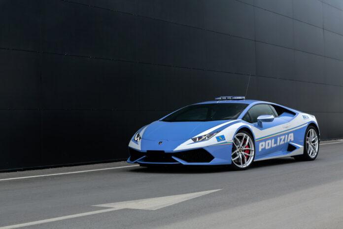 Politiet i en uniformskledd sportsbil hadde det travelt da de skulle levere noen nyrer. (Fotos: Lamborghini)