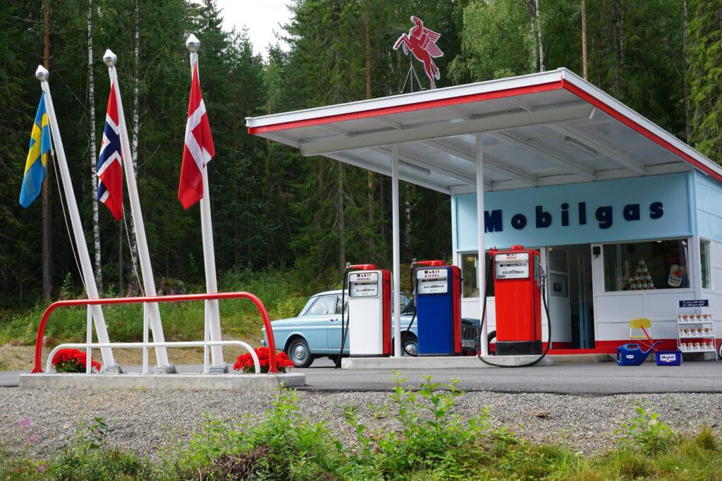 På taket til bensinstasjonen troner den litt mystiske vingehesten Pegasus, selve varemerket til Mobil.