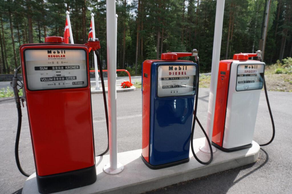 Pumpene og prisen vitner om en annen tidsalder. Mange kunne sikkert tenke seg bensinpriser under 1 krone igjen.