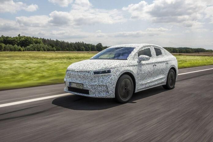 Bilen som tar de lekre linjene fra konseptet Skoda Vision E videre nærmer seg, og slik ser Skoda Enyaq Coupé ut. (Fotos: Skoda)