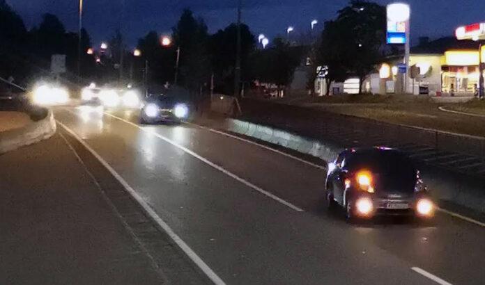 Høstmørket er i ferd må å senke seg, så da er det greit å sjekke lysene på bilen. (Foto: NAF)