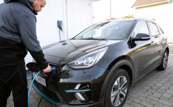 Grunnet høye strømregninger er det nå over dobbelt så dyrt å lade elbilen hjemme i forhold til i fjor. (Foto: NAF)