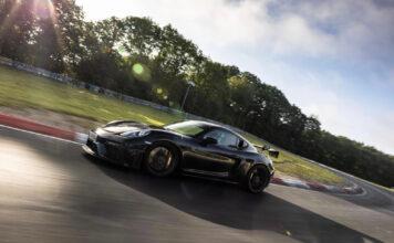 Porsche har luftet sitt nye beist, 718 Cayman GT4 RS, rundt verdens mest krevende racerbane. (Fotos: Porsche)