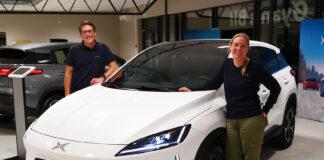 Xpeng har åpnet 16 nye sentre, noe som tar totale opp i 17. Her to smilende ansatte i Sandefjord. (Foto: Xpeng)